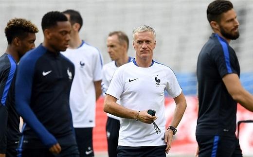 HLV Deschamps đang phân vân đưa ra sự lựa chọn cho hàng công ĐT Pháp. Ông hiện có 3 tiền đạo gồm Giroud, cầu thủ trẻ Martial và Griezmann.