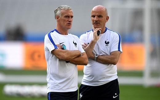HLV Deschamps và trợ lí Guy Stephan tính toán đưa ra lựa chọn đội hình của ĐT Pháp ở trận ra quân. Nhiều khả năng họ sẽ sử dụng sơ đồ chiến thuật 4-3-3.