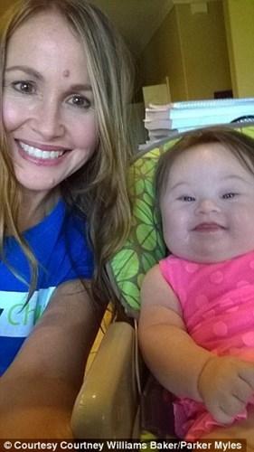 Cuộc sống của gia đình cô Courtney từ ngày có bé Emersyn luôn tràn ngập tiếng cười. (Ảnh: Internet)