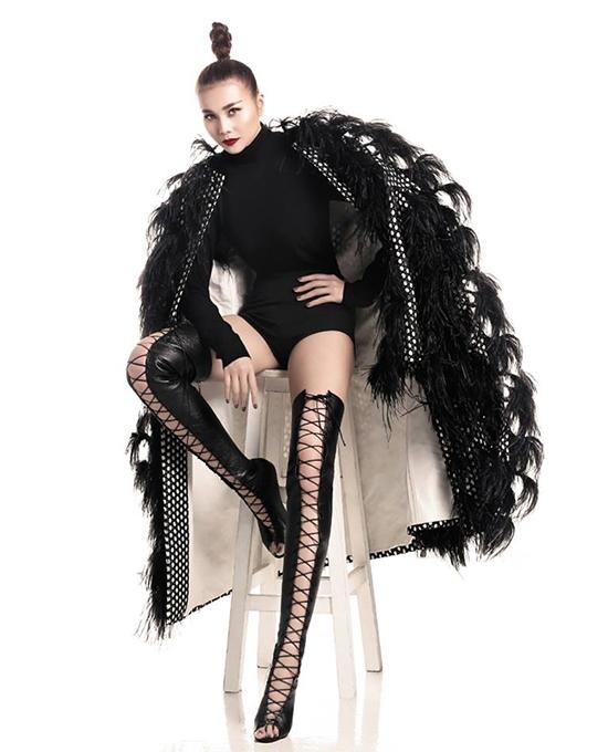 Thanh Hằng ghi điểm tuyệt đối với đôi giày có thiết kế cầu kìtrong bộ ảnh ra mắt ban giám khảo của Vietnam's Next Top Model 2016. Trang phục là sự kết hợp hoàn hảo giữa bodysuit và áo choàng lông phom rộng.