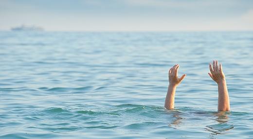 Nạn nhân sau khi ra khỏi bể bơian toànnhưng có thể tử vongtrên cạn. (Ảnh: Internet)