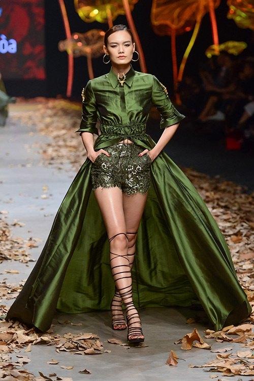 Người mẫu Lê Thanh Thảo trên sàn diễn thời trang vừa qua với hai mốt thịnh hành: sắc xanh quân đội và sandal chiến binh.