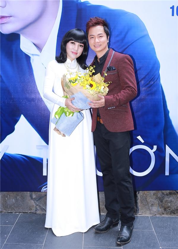 Ngoài ra, một số khách mời như ca sĩ Hà Vân, Trang Nhung, Tuấn Quang, Lâm Bảo Phi,… cũng đã mang tới một không gian âm nhạc trữ tình, ngọt ngào khi thể hiện các ca khúc bolero nổi tiếng.