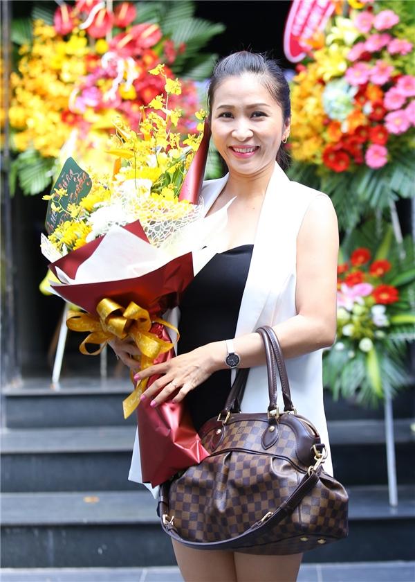Ngọc Liên háo hức dành tặng bó hoa mừng sản phẩm mới của Duy Trường.