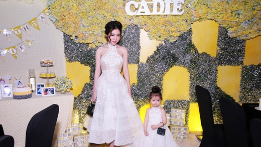 Cadie Mộc Trà diện đầm đôi với mẹ cực yêu trong tiệc sinh nhật