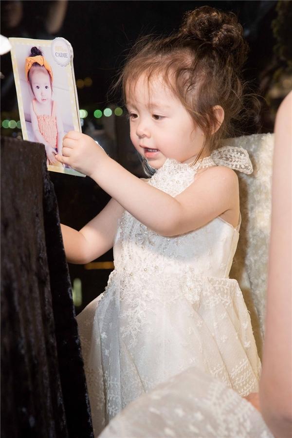 Cadie xinh như công chúa, cười tít mắt trong tiệc sinh nhật hai tuổi