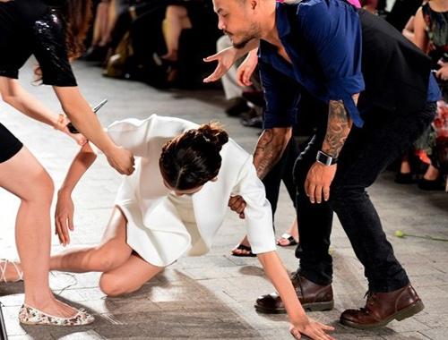 Trong khi đó, có những lần người mẫu lại lộ hàng, hớ nhênh do chính tai nạn trên sàn diễn.