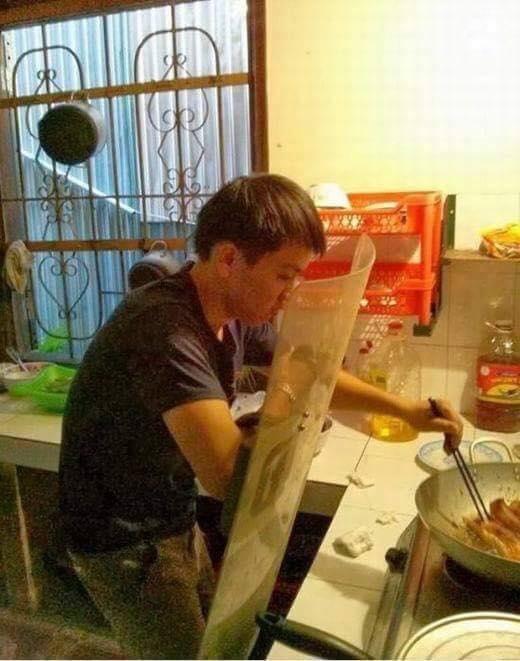 """Ở nhà thiết kế riêng một miếng """"khiên phản lực"""" để tha hồ nấu ăn không lo bắn mỡ.(Ảnh: Internet)"""