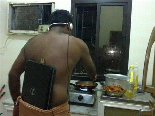 Phong cách vào bếp của anh là phải nghe nhạc kiểu này mới chất. (Ảnh: Internet)