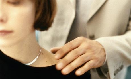#15 Đàn ông không được động chạm vào phụ nữ nếu không được sự đồng ý của họ. Điều này có nghĩa là nắm tay, vô tình động chạm khi đang nói chuyện hăng say, xô đẩy… đều không có ngoại lệ.(Ảnh: Internet)