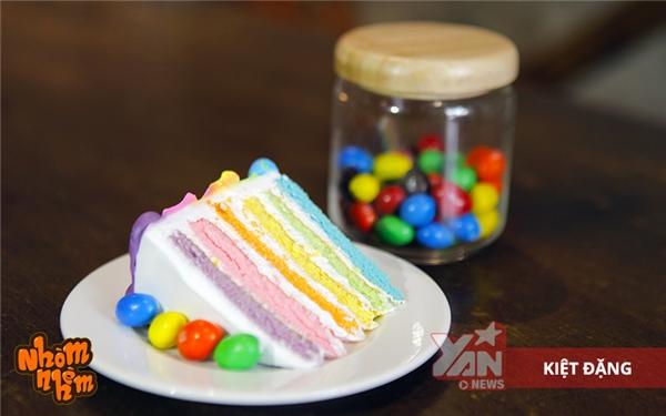 Chiếc bánh có 6 lớp với màu sắc khác nhau.