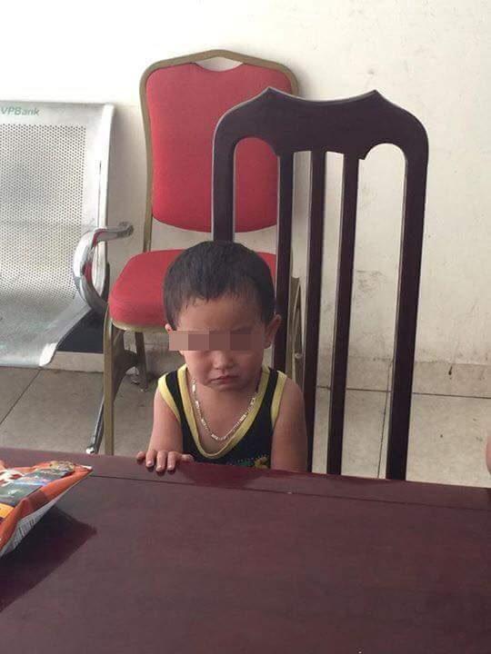 Xót xa bé trai bị bỏ rơi ở tiệm phở vì bố mẹ không nuôi nổi