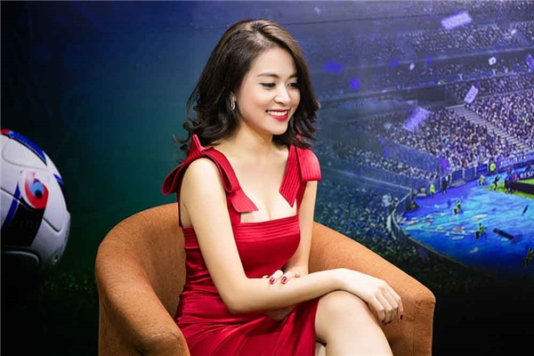 Hoàng Thùy Linh khoe dáng nuột nà trong bộ váy ôm sát màu hồng thẫm trên nền chất liệu lụa mềm mại khi ghi hình cho một chương trình về mùa giải Euro mới.