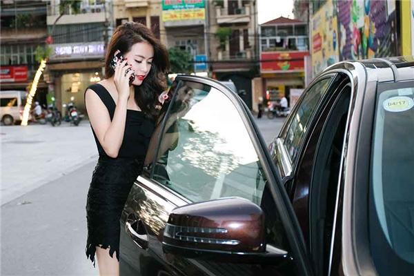 Chân váy ren kết hợp áo cúp ngực là lựa chọn tiếp theo của Hoàng Thùy Linh trong ngày hôm qua. Nữ ca sĩ khoe được đôi chân thon gọn đáng mơ ước cùng nước da trắng hồng.