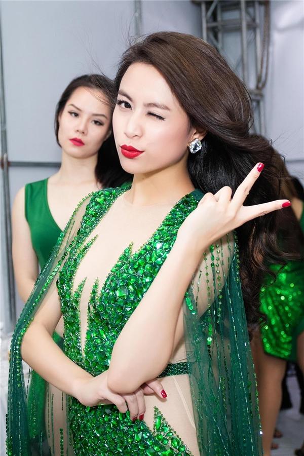 Tham gia đại nhạc hội vào buổi tối, Hoàng Thùy Linh lộng lẫy với bodysuit kết hợp áo choàng mỏng manh.