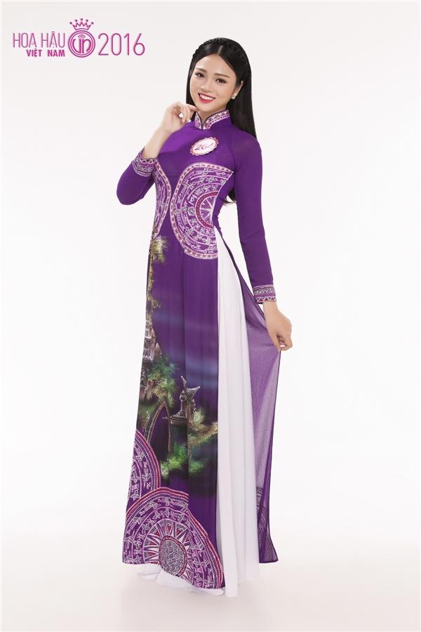 Nguyễn Thục Đoan Trang diện áo dài tím ngọt ngào đặc trưng của quê hương cô, thành phố Huế.