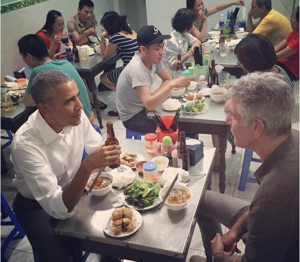 Tổng thổng Mĩ Barack Obama thưởng thức bún chả cùng đầu bếp Anthony Bourdain.(Ảnh: Internet)