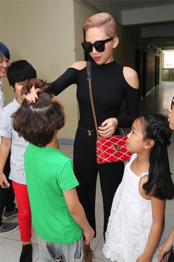 """Tóc Tiêntrong vòng vây của các bé. Nữ ca sĩ thích thú khi tạo kiểu tóc """"cây dừa"""" cho Gia Khiêm."""