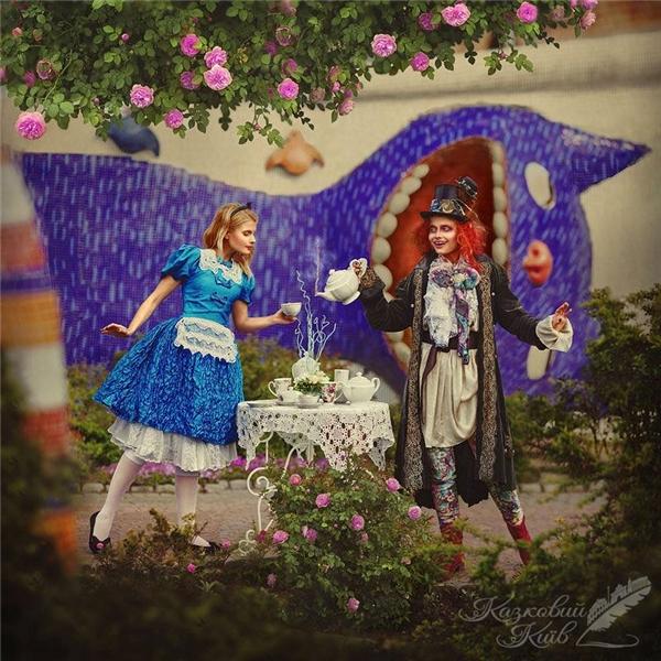 """""""Alice ởxứ sở thần tiên"""" là thế giới nhuộmmàu lí thú với nhiều điều kì diệu trong thế giới tuổi thơ."""