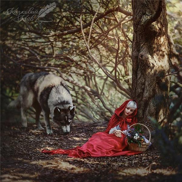 Cô bé quàng khăn đỏ bên chó sói hung ác.  Nhắc đến Lọ Lem sẽ thật thiếu sót nếu bỏ qua chi tiết đánh rơi giày thuỷ tin tinh.  Aladin và tấm thảm thần kì bay lượn khắp mọi nơi.  Tạo hình của công chúa tóc mây được đầu tư chỉnh chu.  Nàng tiên cá và khoảnh khắc tìm thấy hoàng tử bên bờ biển.