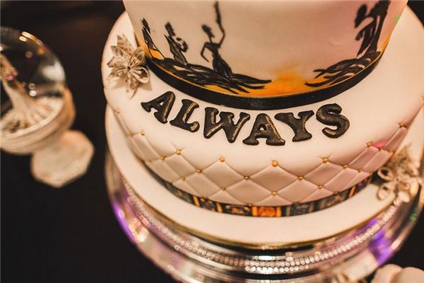 Chiếc bánh kem được trang trí như bữa tiệc của các phù thủy. (Ảnh: Kellyclarke)