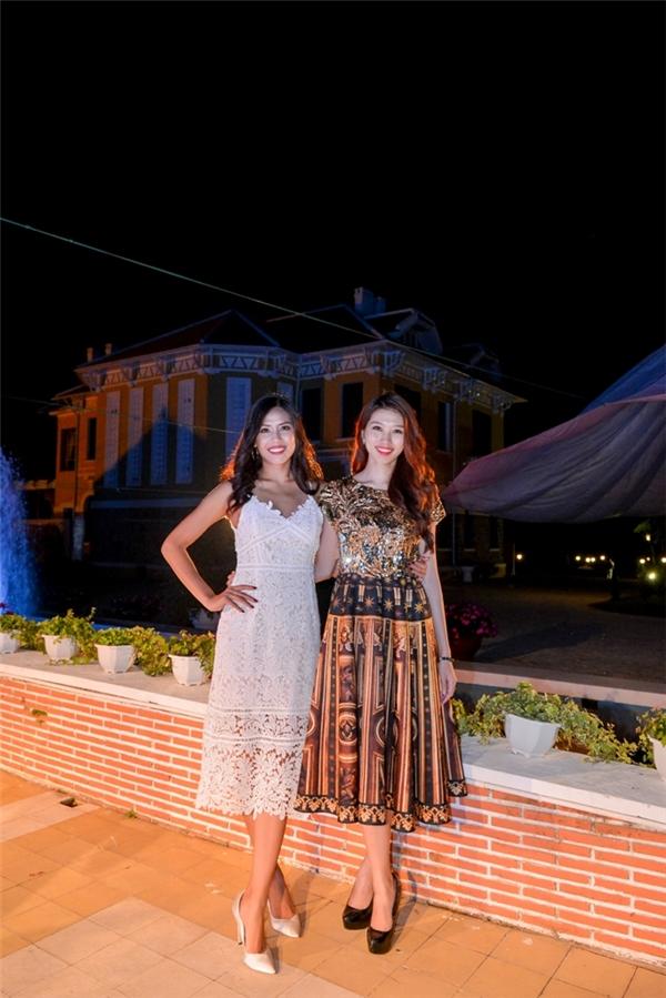 Đồng hành cùng Quỳnh Châu trong chuyến đi này là Top 25 Hoa hậu Thế giới 2014 Nguyễn Thị Loan. Nếu như Quỳnh Châu điệu đà với váy xòe thì Nguyễn Thị Loan lại trở nên gợi cảm hơn với váy ren mỏng tang.