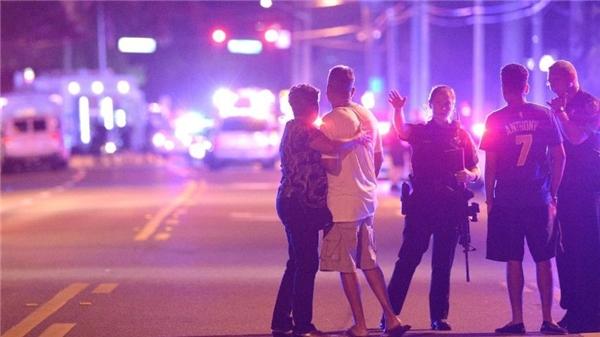Cảnh sát hướng dẫn người dân thoát khỏi hiện trường vụ xả súng hàng loạt tại hộp đêm ở Orlando. Ảnh: AP