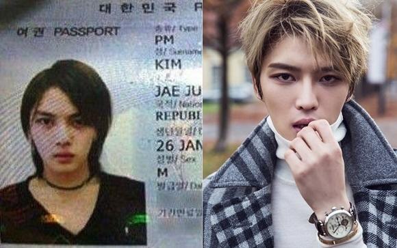 Khác với hình tượng hiện tại, Jaejoong trong hộ chiếu lại trông rất nữ tính từ mái tóc dài lãng tử, chiếc vòng ôm cổ và áo ngực trái tim.