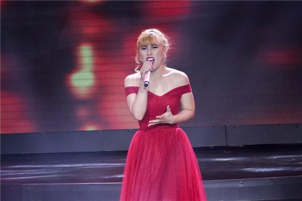 """Với""""bà mẹ một con"""" Phương Nga, cô tự tinbước ra sân khấu khiến Soobin Hoàng Sơn nhầm tưởng là ca sĩ chuyên nghiệp bởi phong thái cuốn hút. Phương Ngakhoe chất giọng """"khủng"""" với quãng giọng cao chót vót trong ca khúc kinh điển Alone."""