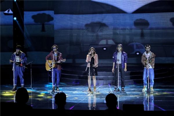 Nhóm Fire đã cover xuất sắc nhạc phẩm BangBang bằng 3 thứ tiếng Anh – Pháp – Việt. Phần bèphối ăn ý cùng với mànthể hiện nhạc cụ sáng tạo luôngiúp Fire ghi điểm trong lòng khán giả.