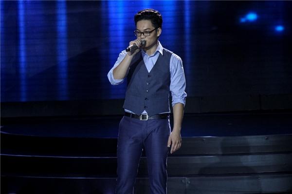 Tiếp đó, thầy giáo Duy Khang phát huy lợi thế hát tiếng Anh tốt của mình qua bài hát I won't give up.