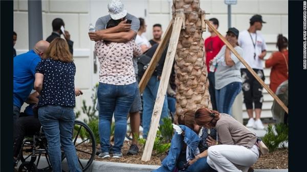 Gia đình và bạn bè của những nạn nhân xấu số trong vụ xả súng kinh hoàng tại hộp đêm. (Ảnh: CNN)