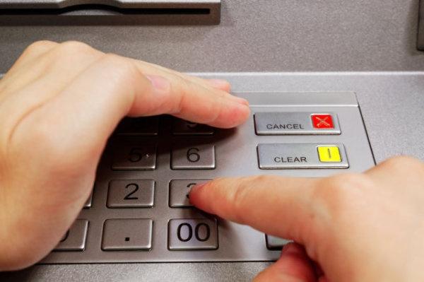 Hãy dùng một tay che bàn phím trong khi tay còn lại gõ mật khẩu, máy quay không thể ghi được hình ảnh bạn đã thao tác trên bàn phím. (Ảnh: Internet)