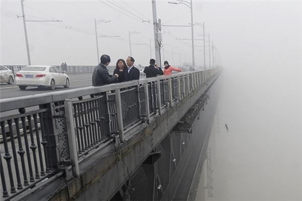 Bức ảnh tưởng chừng nhưng không có gì, nhưng khi nhìn bên rìa phải người ta phát hiện một người đang lao mình xuống dưới. Bức ảnh được một nhiếp ảnh gia Trung Quốc vô tình chụp hình ảnh một người tự tử vào năm 2013. (Ảnh: Internet)