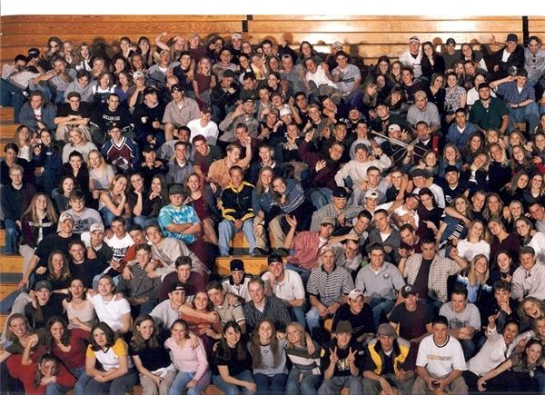 Đây là hình lưu niệm của một lớp học tại trường trung học Columbine (Mỹ) khóa 1999. Ở góc trái phía trên cùng là Eric Harris và Dylan Klebold (đeo kính mát) – 2 học sinh này sau đó đã gây ra vụ thảm sát bằng súng ngay tại trường, gây ra cái chết cho 12 học sinh khác và 1 giáo viên. (Ảnh: Internet)