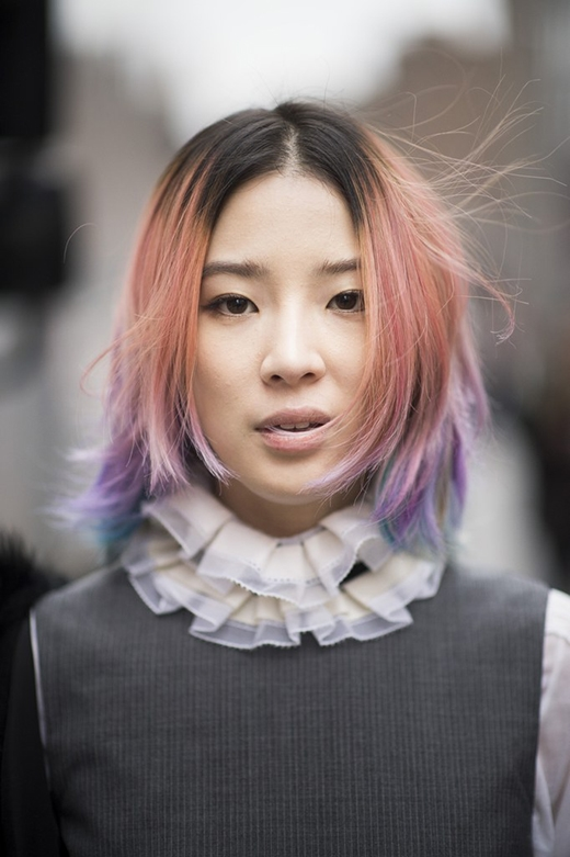 Vẫn là lối nhuộm tóc quen thuộc như trên, nhưng khác ở chỗ những mảng màu được phân tách theo chiều dọc, trải dài từ trên xuống.(Ảnh: Internet)