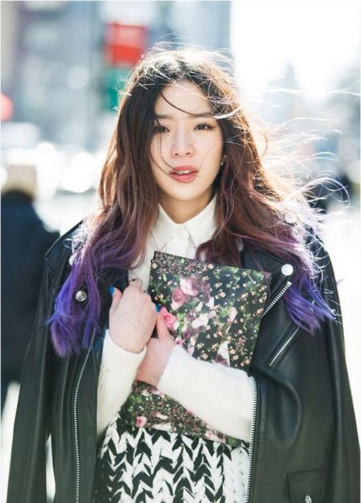 """Nếu Irene trong máy tóc ngắn đủ màucó vẻ """"hơi quậy""""thì hình ảnh côvới máy tóc dài uốn xoăntrở nên """"ngoan hiền"""" hơn rất nhiều.(Ảnh: Internet)"""