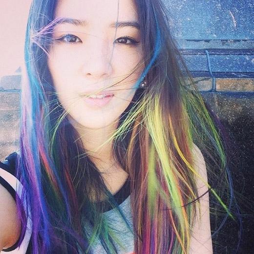 """Trên máy tóc Irene lúc nàyhẳn phảicó đến hơn 10 màu tóc, vừa highlight, vừa Dip-dye, vừa Ombre. Mái tóc này rõ ràng đã được """"thiết kế"""" rất công phu vã kĩ càng.(Ảnh: Internet)"""