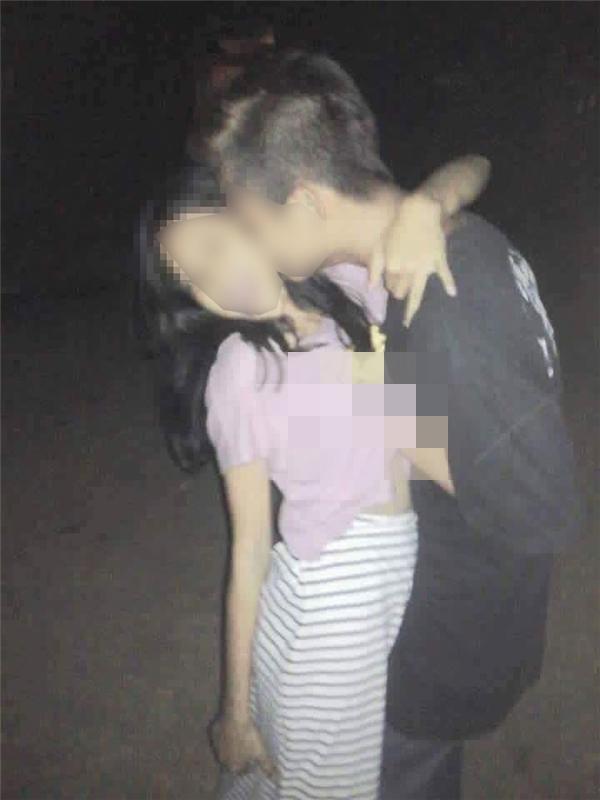 Thò tay vào áo và hôn nhau âu yếm, ai có thể nghĩ đây là những cô cậu bé còn rấttrẻ?. (Ảnh: Internet)