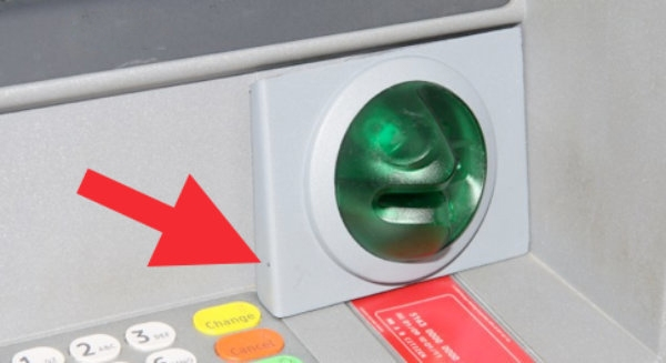Kẻ trộm vẫn phải đặt một máy quay nhỏ xíu trên bàn phím hay ở miếng nhựa giữ đầu đọc thẻ để ghi lại cách bạn nhập mã PIN. (Ảnh: Internet)