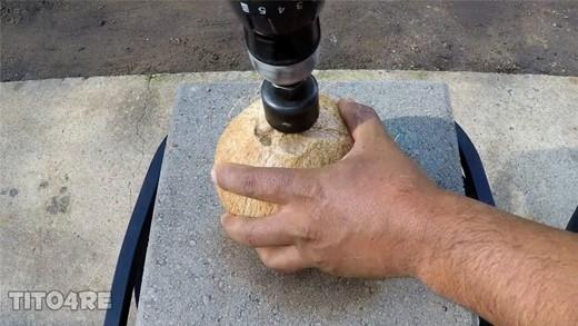 Bất ngờ với những gì diễn ra bên trong quả dừa bị đổ đồng nóng chảy
