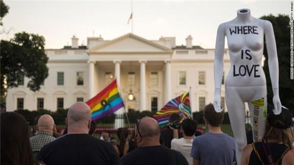Người dân Mĩ tập trung trước Nhà Trắng để làm lễ tưởng niệm cho các nạn nhân ở Orlando. (Ảnh: CNN)