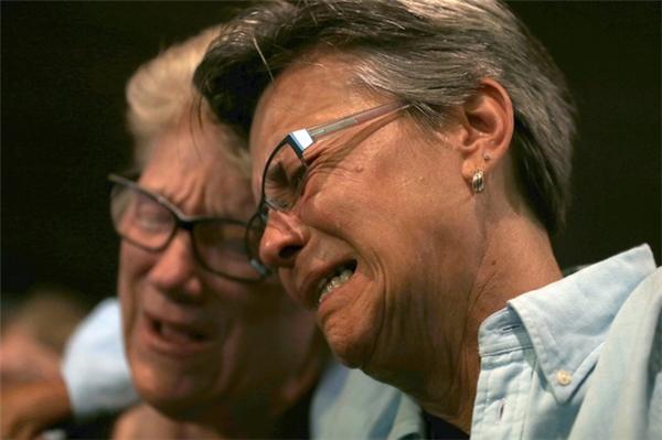 Nước mắt cho những người ra đitại nhà thờ Joy Metropolitan. (Ảnh: AP)