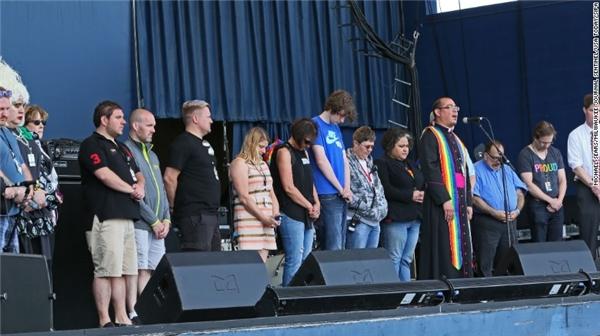 Người dân ở Greenfield, Wisconsin, cùng cầu nguyện cho những linh hồn xấu số. (Ảnh: CNN)