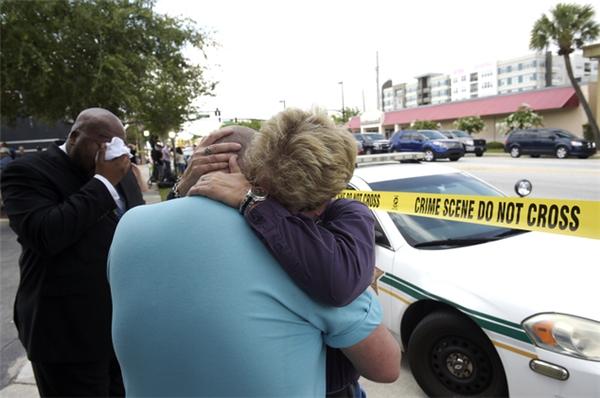Patty Sheehan - Ủy viên hội đồng thành phố Orlando đang trấn an Terry DeCarlo, giám đốc của trung tâm LGBT ở Florida (giữa). (Ảnh: AP)