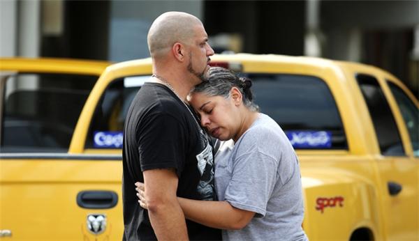 Ray Rivera (trái), DJ của hộp đêm Pulse, trong vòng tay một người bạn bên ngoài Sở cảnh sát Orlando. (Ảnh: AP)