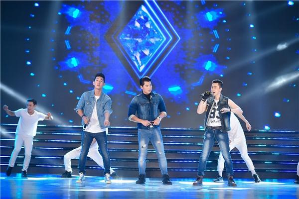 Khán giả cũng vô cùng bất ngờ khi lần đầu tiên Trương Nam Thành xuất hiện trên sân khấu với vai trò ca sĩ. - Tin sao Viet - Tin tuc sao Viet - Scandal sao Viet - Tin tuc cua Sao - Tin cua Sao