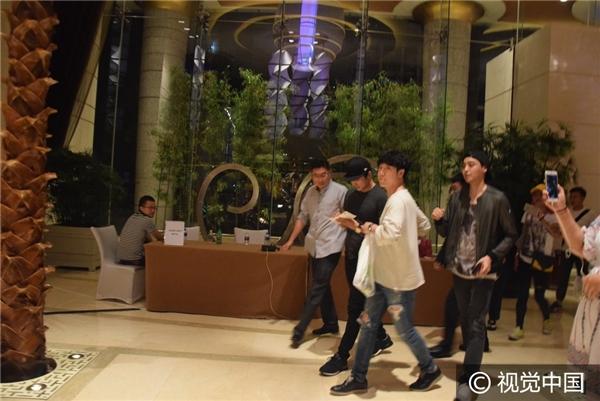 Giữa tin đồn chia tay, Song Seung Hun bí mật đến thăm Lưu Diệc Phi