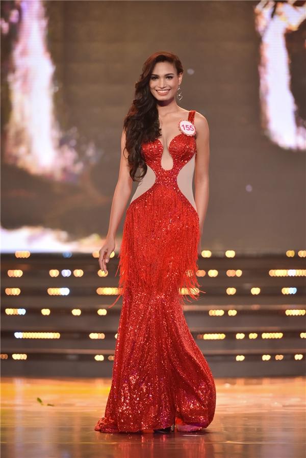 """H'Ăng Niê bắt đầu """"chinh chiến"""" tại Hoa hậu Việt Nam 2012 nhưng không lọt vào top chung cuộc. 2 năm sau, cô trở thành một trong 38 nhan sắc tranh tài cho chiếc vương miện cao quý. Dù được đánh giá rất cao nhưng H'Ăng Niê không lọt nổi vào top 15."""