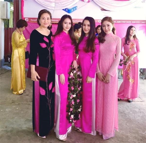 Phoiphailin Sivilay cùng mẹ và hai chị gái.